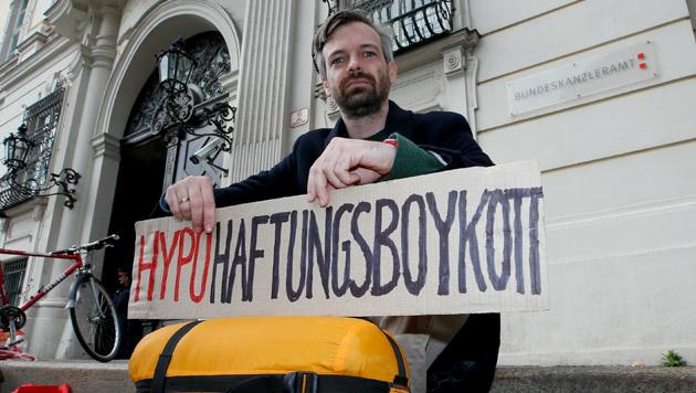 Martin Ehrenhauser bei einer Protestaktion gegen die Bankenhilfe vor dem Bundeskanzleramt in Wien. (Bild: Reinhard Holl)