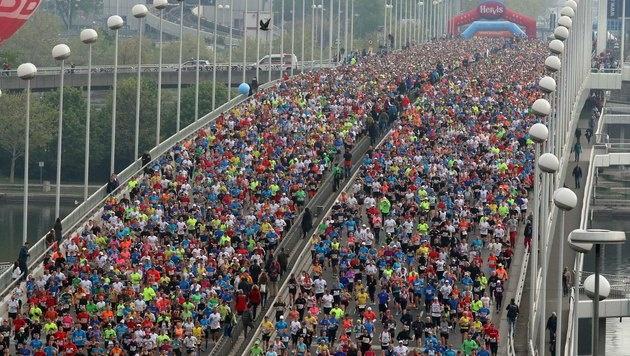 Das Rekordteilnehmerfeld kurz nach dem Start. (Bild: AP)