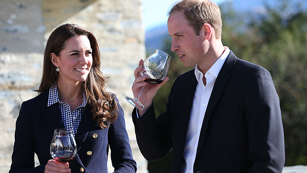 Kate zerstreut Baby-Gerüchte mit einem Glas Wein (Bild: AP)