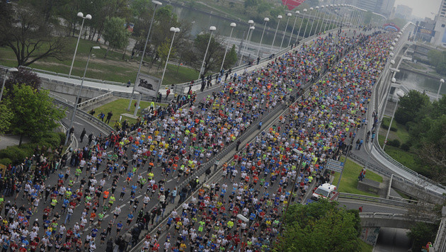 Über 42.000 Läufer bei Wien-Marathon dabei (Bild: APA/HERBERT PFARRHOFER)