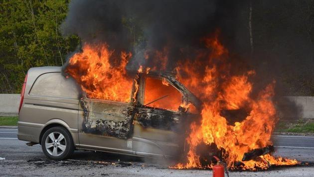 NÖ: Mercedes ging auf Südautobahn in Flammen auf (Bild: Einsatzdoku.at)