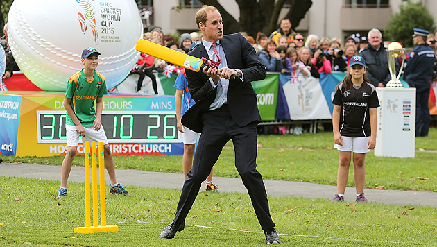Neuseeland: Kate spielt Cricket in High Heels (Bild: AP)