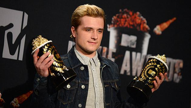 """Josh Hutcherson mit seinen Preisen für """"Die Tribute von Panem - Catching Fire"""". (Bild: Jordan Strauss/Invision/AP)"""