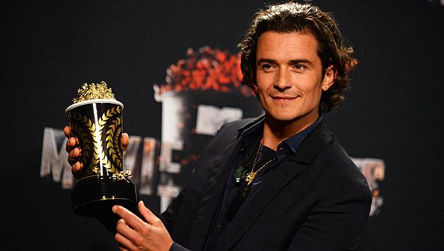 Orlando Bloom mit seinem Preis für den besten Filmkampf. (Bild: Jordan Strauss/Invision/AP)