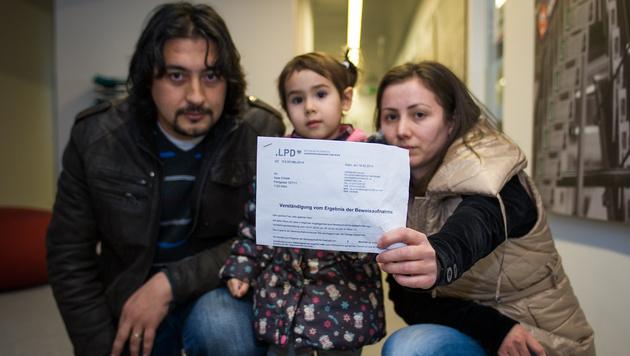 Die zweijährige Ceylin und ihre Eltern mit dem Bußgeldbescheid. Das Kind war zu laut. (Bild: andreasedler.at)