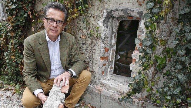 Hauseigentümer Christoph Ferch vor dem Loch, durch das der Uhrendieb schlüpfte. (Bild: MARKUS TSCHEPP)