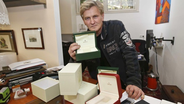 Geschäftsinhaber Andreas Strasser mit den leeren Uhrenschachteln. (Bild: MARKUS TSCHEPP)