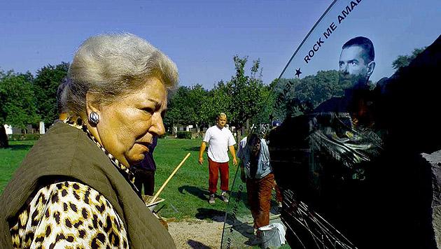 Maria Hölzel beim Grab von Falco auf dem Wiener Zentralfriedhof. (Bild: APA/Gerald Lechner)