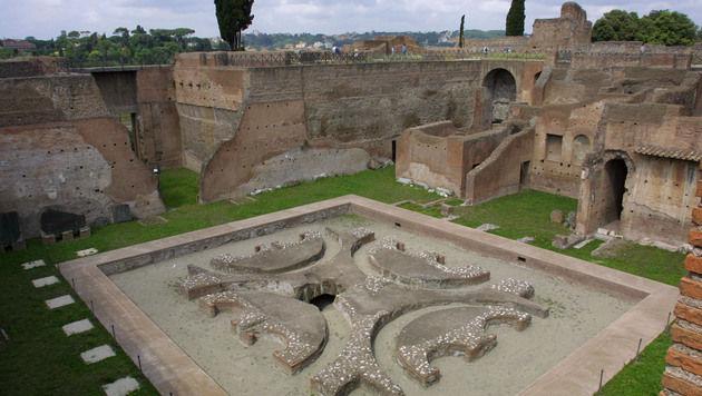 Aus einer Höhe von rund sechs Metern stürzte der Wiener auf dem Gelände der Kaiserforen in Rom ab. (Bild: Chris Koller)