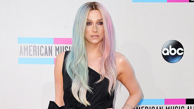 Sängerin Kesha mit zweigeteilter Frisur. (Bild: Jordan Strauss/Invision/AP)