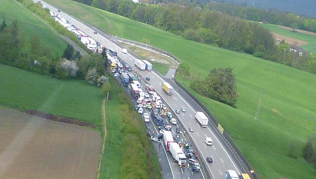 NÖ: 50 Fahrzeuge in Massenkarambolage verwickelt (Bild: APA/ÖAMTC)