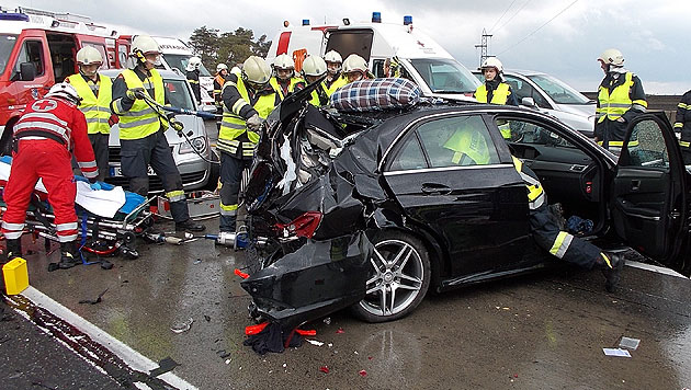 Unfallbilanz: 14 Verletzte, 42 Fahrzeuge beteiligt (Bild: APA/FF ST. PÖLTEN-STADT)