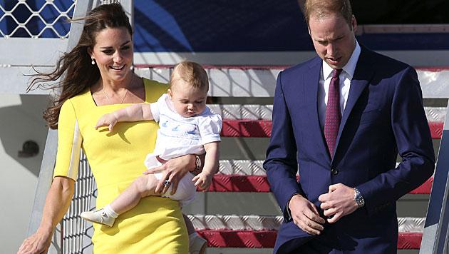 William und Kate mit George in Australien gelandet (Bild: AP)