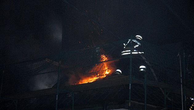 Dachstuhlbrand hielt Feuerwehren in NÖ in Atem (Bild: Pressestelle BFK-Mödling)