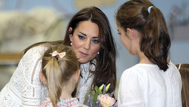 Kate scherzt über Prinz Williams Glatze (Bild: AP)
