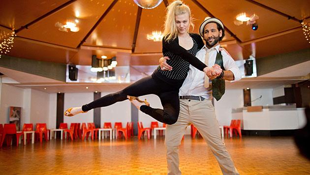 """Bei den """"Let""""s Dance""""-Proben mit Massimo Sinato ist Larissas Unfall passiert. (Bild: APA/EPA/ROLF VENNENBERND)"""