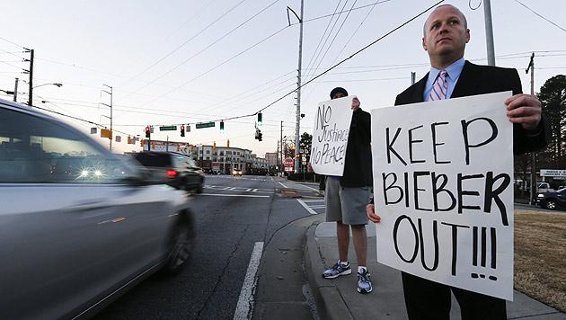 Anti-Bieber-Protest in Atlanta (Bild: APA/EPA/ERIK S. LESSER)