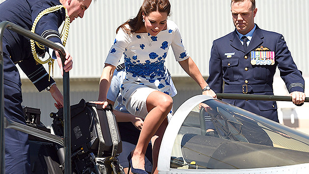 Kate versuchte sich als Pilotin in Kampfjet (Bild: AFP PHOTO/POOL/William WEST)