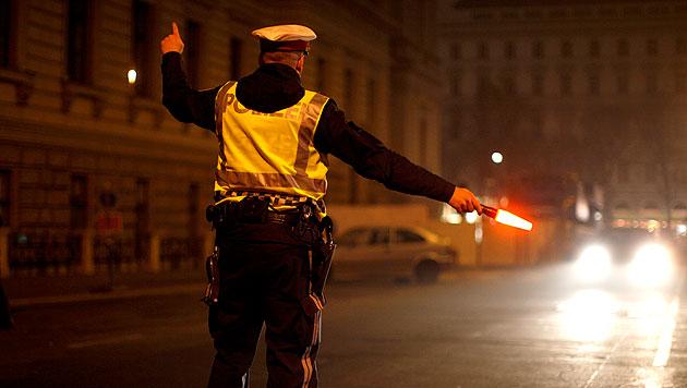 Mann rast Polizei in 30er-Zone mit 130 km/h davon (Bild: APA/GEORG HOCHMUTH (Symbolbild))