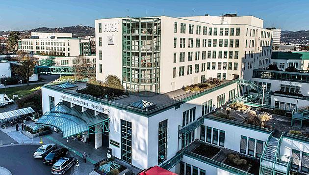 Bursch nach Crystal-Meth-Konsum im Krankenhaus (Bild: APA/Werner Kerschbaummayr (Symbolbild))
