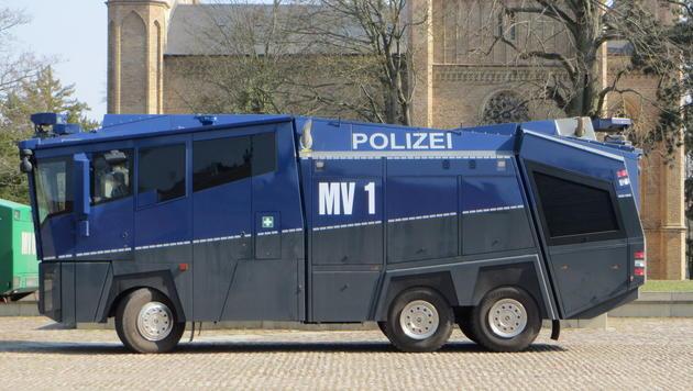 D: Polizisten beschädigen 900.000-€-Wasserwerfer (Bild: Wikimedia Commons (Symbolbild))