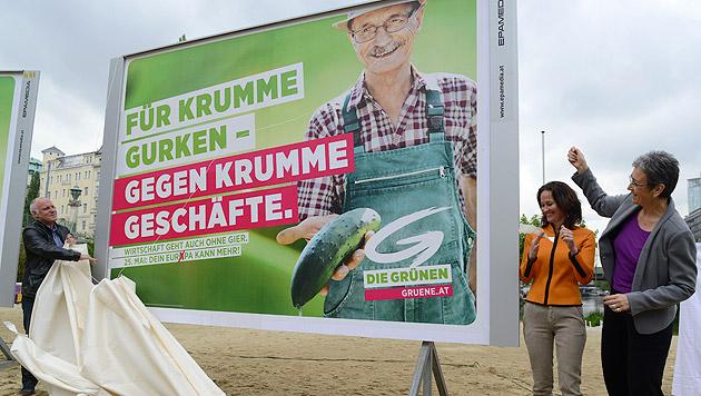Ferkel und Gurke als Stars auf neuen Grün-Plakaten (Bild: APA/Helmut Fohringer)