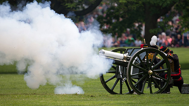 Die King's Troop Royal Horse Artillery feuerte am Montag 41 Salutschüsse im Londoner Green Park ab. (Bild: AP)