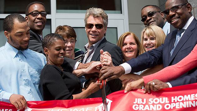 Rockstar Bon Jovi eröffnete Haus für Obdachlose (Bild: AP)