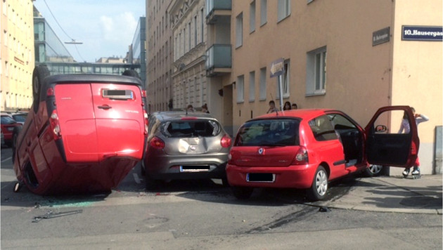 Auto überschlug sich in Wien - drei Verletzte (Bild: APA/BERUFSRETTUNG WIEN)