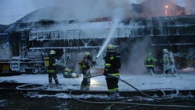 Lokomotive brannte - Chaos auf Südbahnstrecke (Bild: Feuerwehr St. Veit)