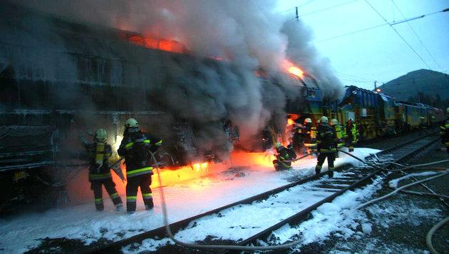 Lokomotive brannte - Chaos auf Südbahnstrecke (Bild: APA/STADTFEUERWEHR ST. VEIT/GLAN)