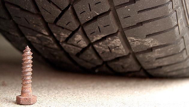 Schrauben in Reifen gestochen: 5 Lehrer betroffen (Bild: thinkstockphotos.de)