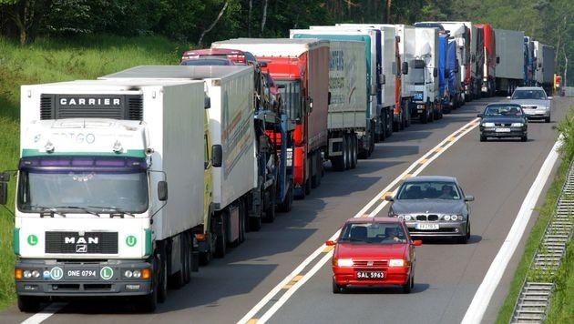 Schwere Brummis überrollen Österreichs Autobahnen (Bild: APA/Patrick Pleul/dpa)