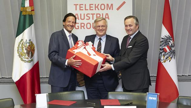 Carlos Garcia Moreno, Rudolf Kemler und Hannes Ametsreiter feiern den Telekom-Syndikatsvertrag. (Bild: ÖIAG)