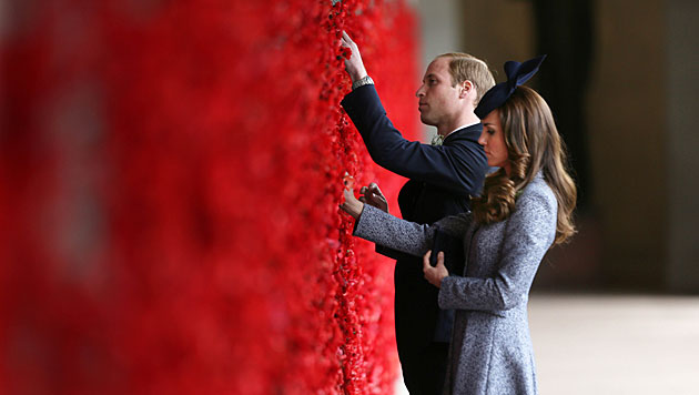 Kate und Williams erste Reise mit George vorbei (Bild: AP)
