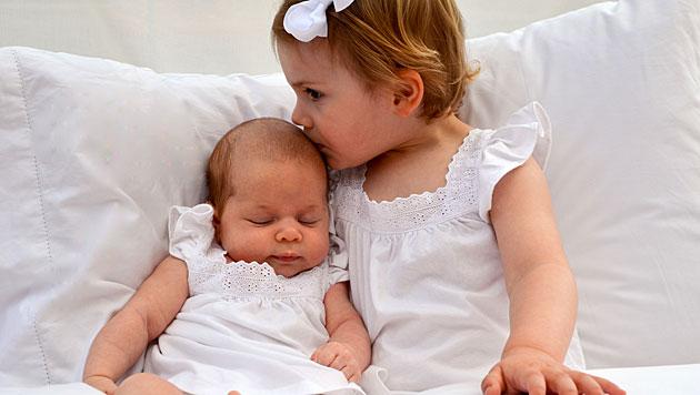 Süß! Prinzessin Estelle gibt Cousinchen Leonore ein Bussi. (Bild: H.K.H. Kronprinsessan Victoria/kungahuset.se)