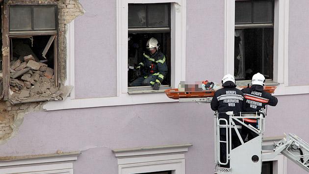 Frau überlebte 8 Stunden unter Trümmern, Mann tot (Bild: APA/FOTOSTUDIO ROBERT MICHAEL SC)