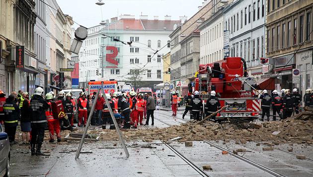 Frau überlebte 8 Stunden unter Trümmern, Mann tot (Bild: Christoph Matzl)