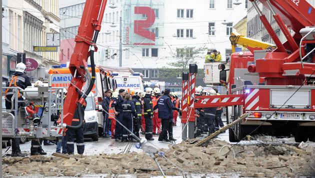 Frau überlebte 8 Stunden unter Trümmern, Mann tot (Bild: APA/HERBERT P. OCZERET)