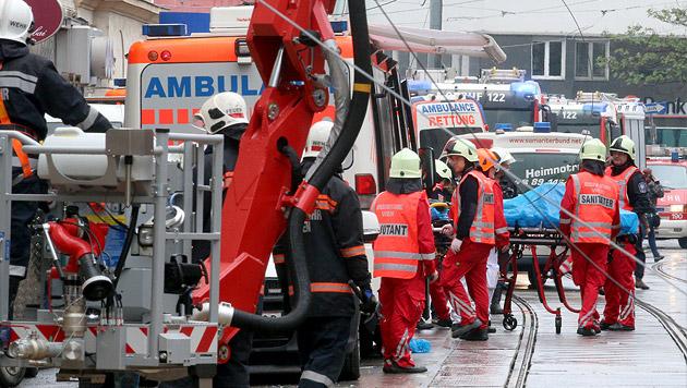 Frau überlebte 8 Stunden unter Trümmern, Mann tot (Bild: AP)