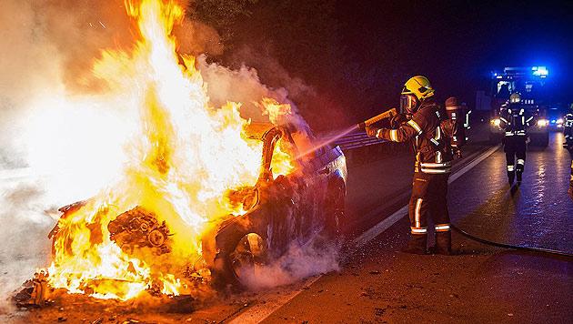 BMW auf der Südautobahn in Baden ausgebrannt (Bild: Stefan Schneider/BFK Baden)