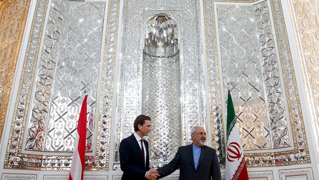 Kurz in der Glitzerwelt von Außenminister Zarif (Bild: APA/DRAGAN TATIC)