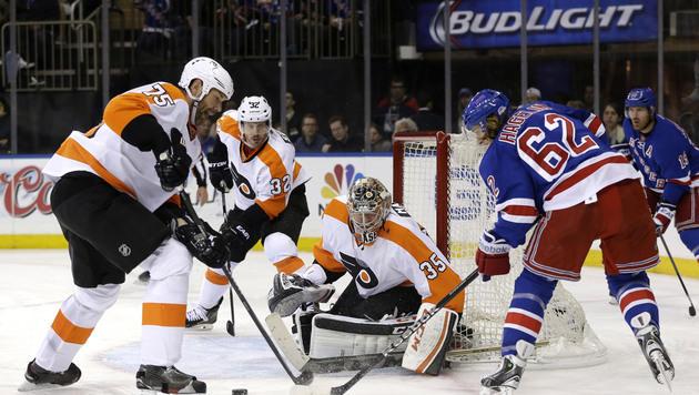 Viel Betrieb vor dem Tor der Philadelphia Flyers (Bild: AP)