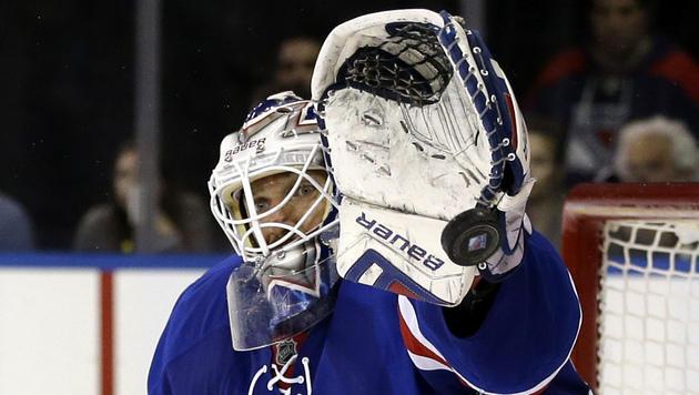 Der Fanghandusch von Rangers-Keeper Henrik Lundqvist ließ Raffl und Philadelphia verzweifeln (Bild: AP)