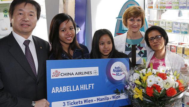 Benita (re.) mit ihren Töchtern, Chefin Margit und Simon Lee (Bild: Zwefo)