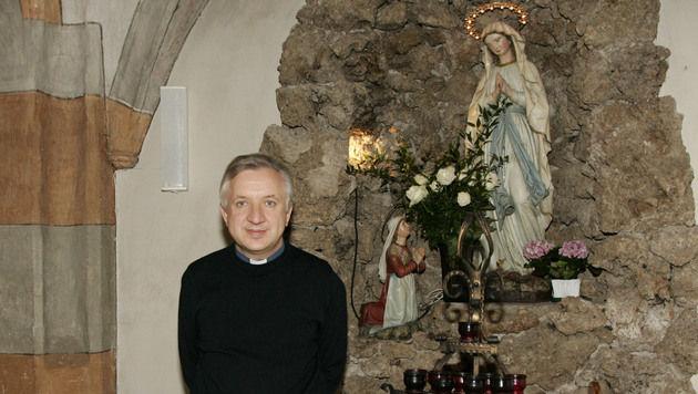 Pfarrer Krzysztof Nowodczynski hat bereits vier Diebe überführt. (Bild: Klaus Kreuzer)