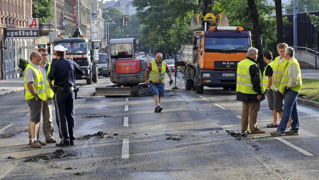 Wasserrohrbruch in Wien: Äußerer Gürtel gesperrt (Bild: APA/HERBERT NEUBAUER)