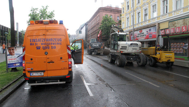 Wasserrohrbruch in Wien: Äußerer Gürtel gesperrt (Bild: ANDI SCHIEL)