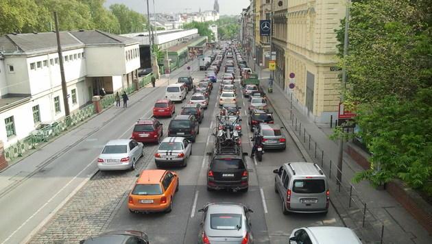 Wasserrohrbruch in Wien: Äußerer Gürtel gesperrt (Bild: krone.at)