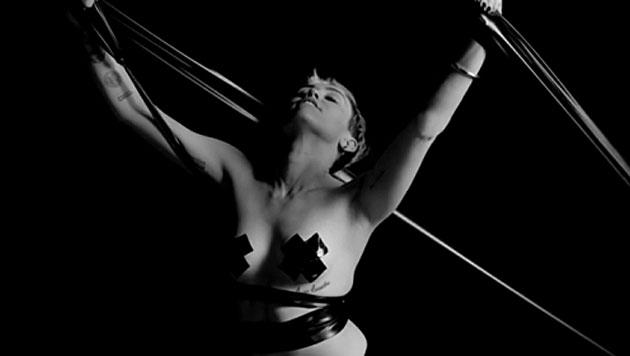 Miley Cyrus provoziert mit heißem Bondage-Clip (Bild: Nowness/Quentin Jones)